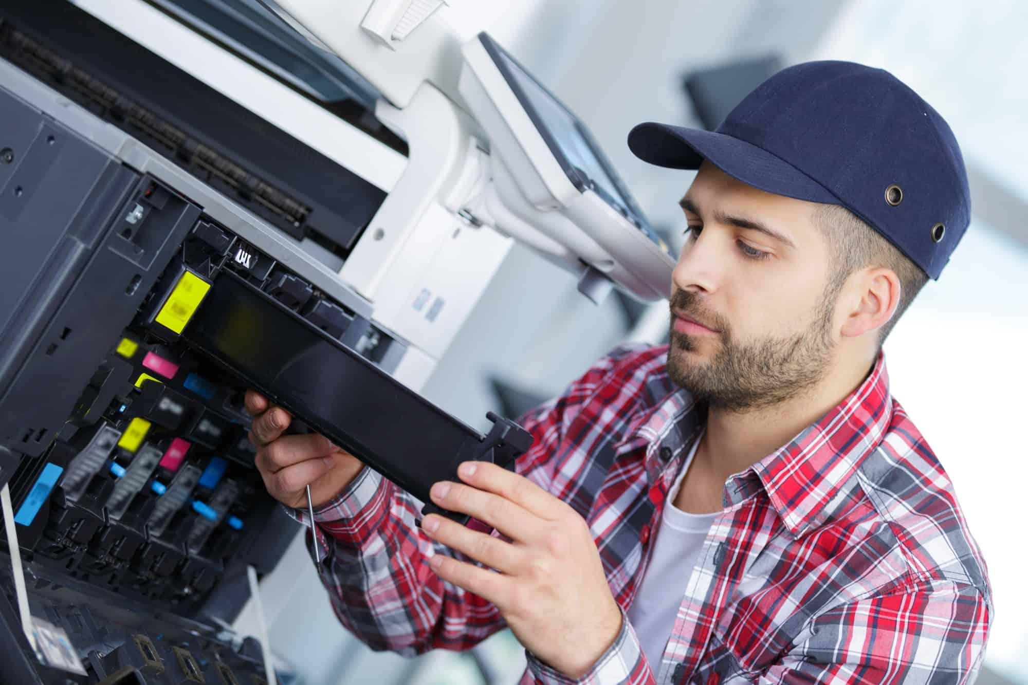 Homem consertando a impressora