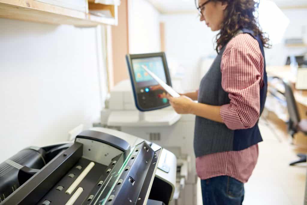 Mulher ajustando configurações da impressora